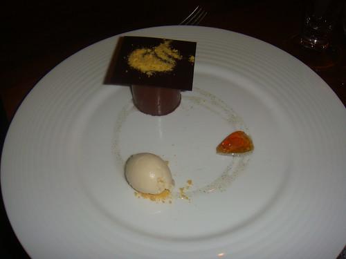 Chocolate amargo con helado y gelatina de miel