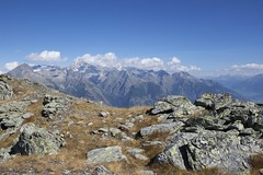 Up (vonbueren) Tags: alpen berge mountains bergkette view panorama alpin gestein gras flechten himmel sky bewölkt tal landschaft landscape gipfel rock wanderweg gebirgskette wallis valais schweiz erez eischoll switzerland