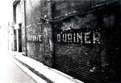 Défense d'uriner // Do not pee (Erna Bouillon) Tags: grenoble message tag trottoir argentique défenseduriner
