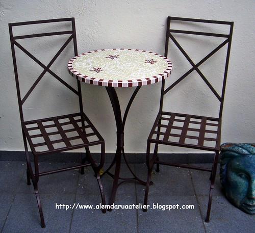 mesa em mosaico e cadeiras em ferro