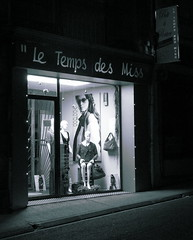 Le Temps des Miss (fotomie2009) Tags: france monochrome night monocromo monotone vetrina nocturne notte notturno windowshop