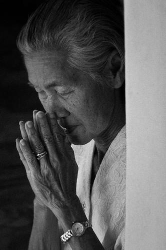 フリー写真素材, 人物, 老人・高齢者, 祈る, おばあちゃん・おばあさん, モノクロ写真, タイ人,