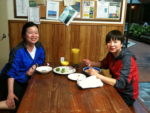 中国人母子のフィーフィーちゃん(左)とそのお母さん(右)