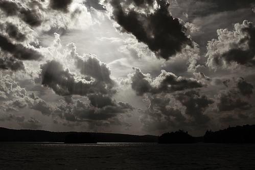 フリー写真素材, 自然・風景, 空, 雲, 日光・太陽光線, モノクロ写真,
