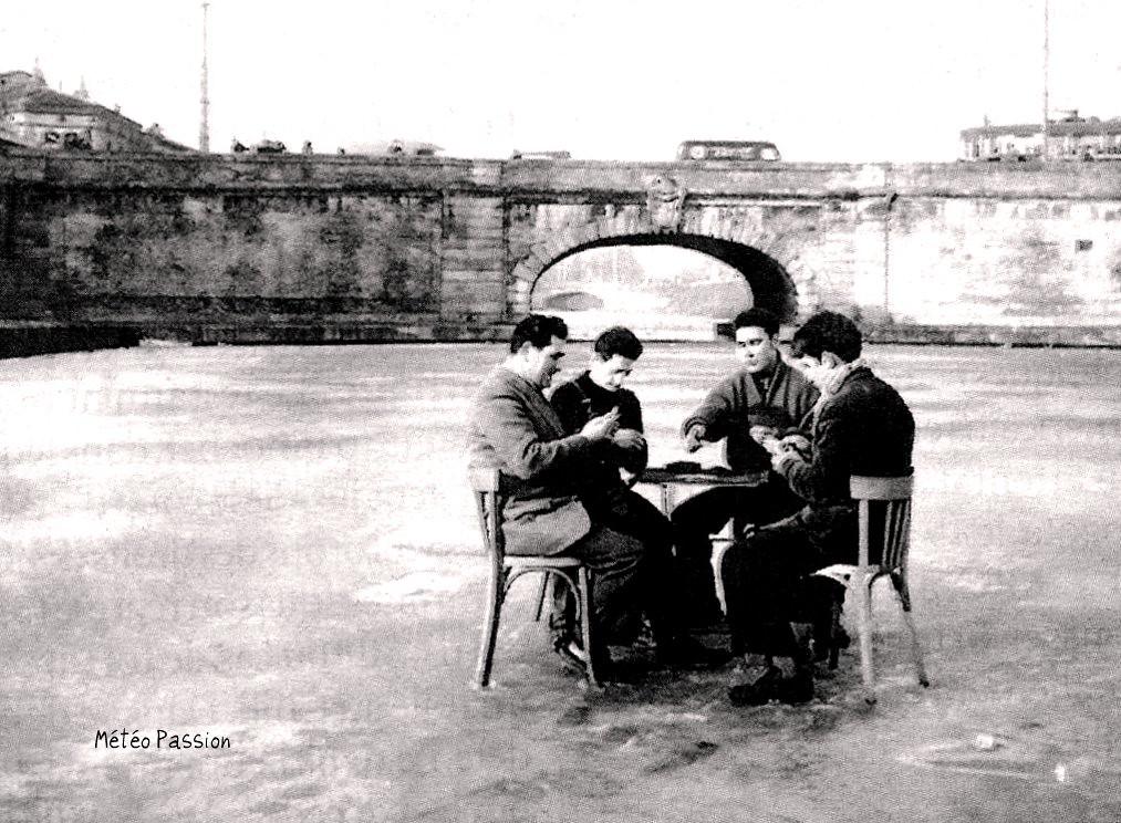 joueurs de cartes sur la glace du canal du Midi gelé à Toulouse le 23 février 1956