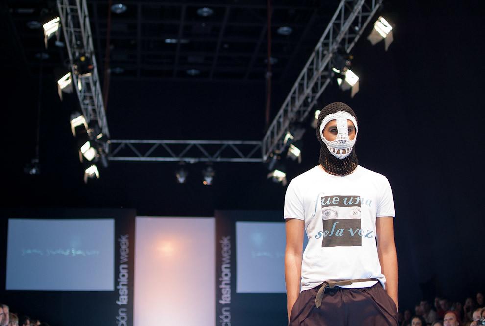 Un modelo se muestra extravagante con su máscara en el gran desfile de Yamil Yudis Yaluff en la que se vieron prendas clásicas y modernas perfectamente mezcladas el viernes 24 de Setiembre en Asunción Fashion Week. (Elton Núñez - Asunción, Paraguay)