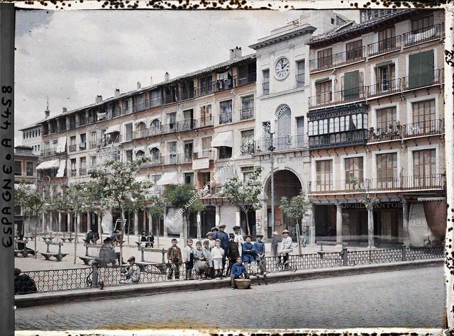 Plaza de Zocodover entre el 15 y el 17 de junio de 1914. Autocromo de Auguste Léon. © Musée Albert-Kahn - Département des Hauts-de-Seine