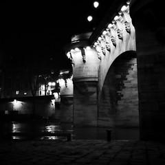 Sous les ponts de Paris (philoufr) Tags: blackandwhite paris 6x6 seine night river square noiretblanc rivire nuit pontneuf fleuve ilforddelta3200 yashicamat124g epsonperfectionv500photo carrfranais