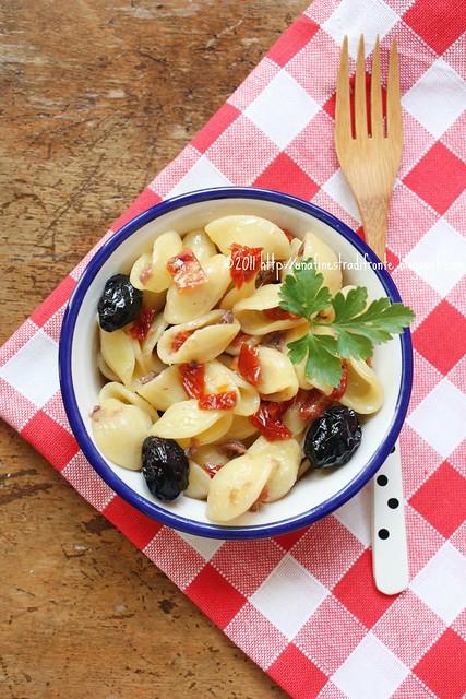 Orecchiette con pomodori secchi, olive affumicate e acciughe