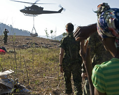 CF helicopter delivers much needed food to remote Haitian community (Canadian Army | Arme canadienne) Tags: earthquake fooddistribution humanitarianoperations oprationshumanitaires canadianforces forcescanadiennes civilians soldiers soldats helicopter hlico