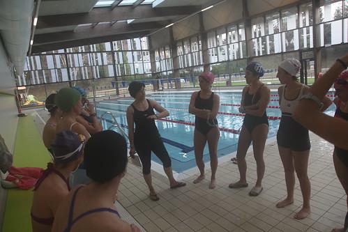 Primer encuentro con la piscina del grupo de mujeres triatletas