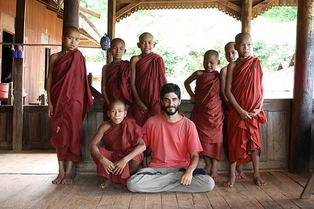 Despidiéndome de los jóvenes novicios de un monasterio de madera en que pernocté en Birmania