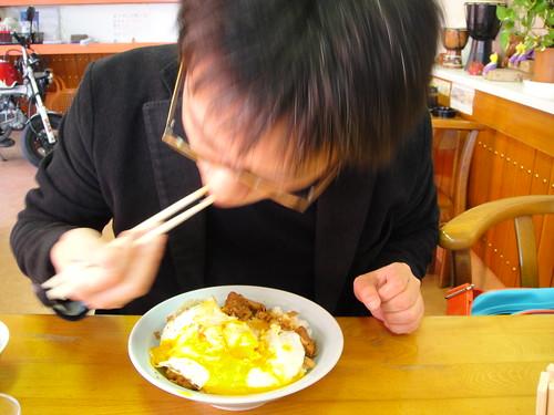 焼豚玉子飯を食べる私