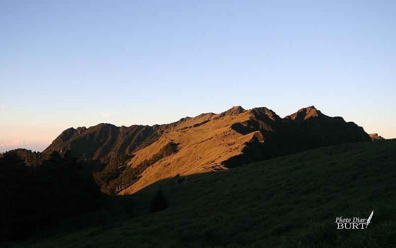 回看夕陽照射下的奇萊山