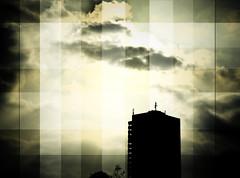 betabild (green magnet school) Tags: clouds skyscraper squares himmel wolken hochhaus meinekatzeliegtaufmeinenarmenwhrendichdastippeundbehindertmichbeimtippenabersieschnurrtundistweichundriechtgutundichkannmeinenkopfaufihrablegen
