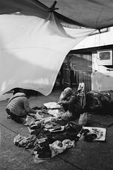 Dvoilement ((stephenleopold)) Tags: vent hongkong femme ilfordxp2  march linge chaussures kowlooncity cliente accroupie chinncm4
