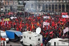Dettaglio della piazza Duomo gremita, a Milano, in appoggio agli operai minacciati