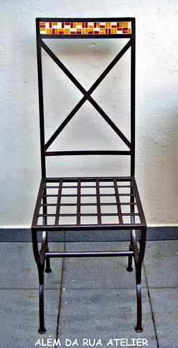 cadeira de ferro com mosaico