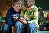 Grundschüler beim Schreiben mithilfe des Stifts