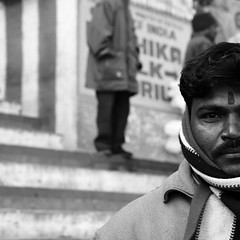 Varanasi (Olivier Th) Tags: voyage city trip travel winter vacation people blackandwhite bw india man cold men canon eos photo asia noiretblanc indian hiver reporter picture culture nb varanasi indians asie chale hindu froid indien thao ville hommes gens inde reportage ghat indiens chal indienne republicofindia ghaat journalisme indiennes photoreportage bnars