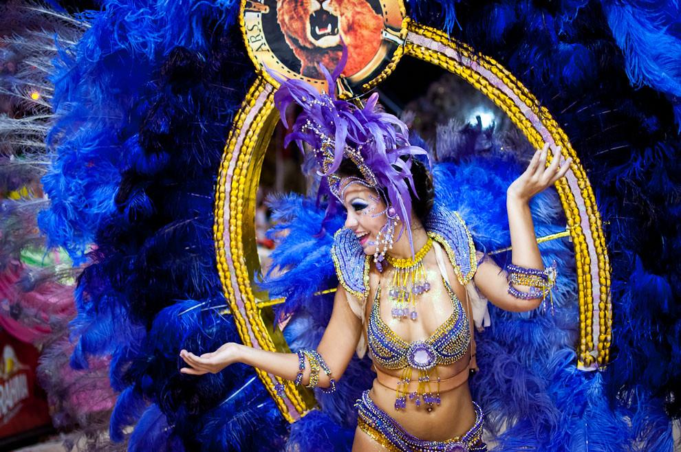 María José Alonso figura destacada del Club Atlético San Juan danza al ritmo de las batucadas durante el desfile de su alegoría De Película, en el que resaltan los grandes éxitos de la industria del Cine alrededor del Mundo. Ella con su espaldar azul de la Metro Goldwyn Mayer arrancó suspiros del público. (Elton Núñez - Encarnación, Paraguay)