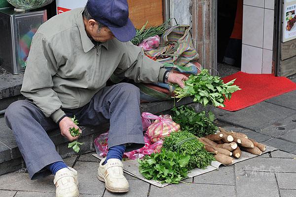 賣著山菜野菜