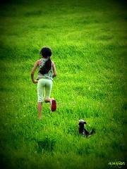 Alisea y su Yorshire. (dlmanrg) Tags: espaa chien verde libertad perro campo picnik cantabria correr yorshire