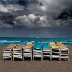 Miami Beach (Julio López Saguar) Tags: usa storm beach arcoiris clouds boat barco unitedstates florida miami playa nubes tormenta horizont horizonte estadosunidos eeuu tumbonas juliolópezsaguar