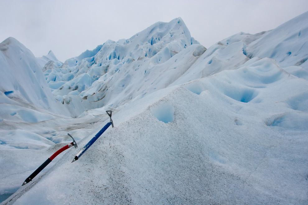 Dos piquetas alpinistas descansan en el hielo del Perito Moreno. (Guillermo Morales - El Calafate, Patagonia, Argentina)