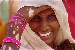 Smiling on the way (mistral-) Tags: road camera travel woman india beautiful smile photography nikon meeting viaggio rajasthan