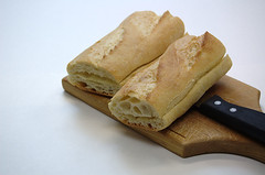 800px-BaguettesOnBreadBoardForTableService