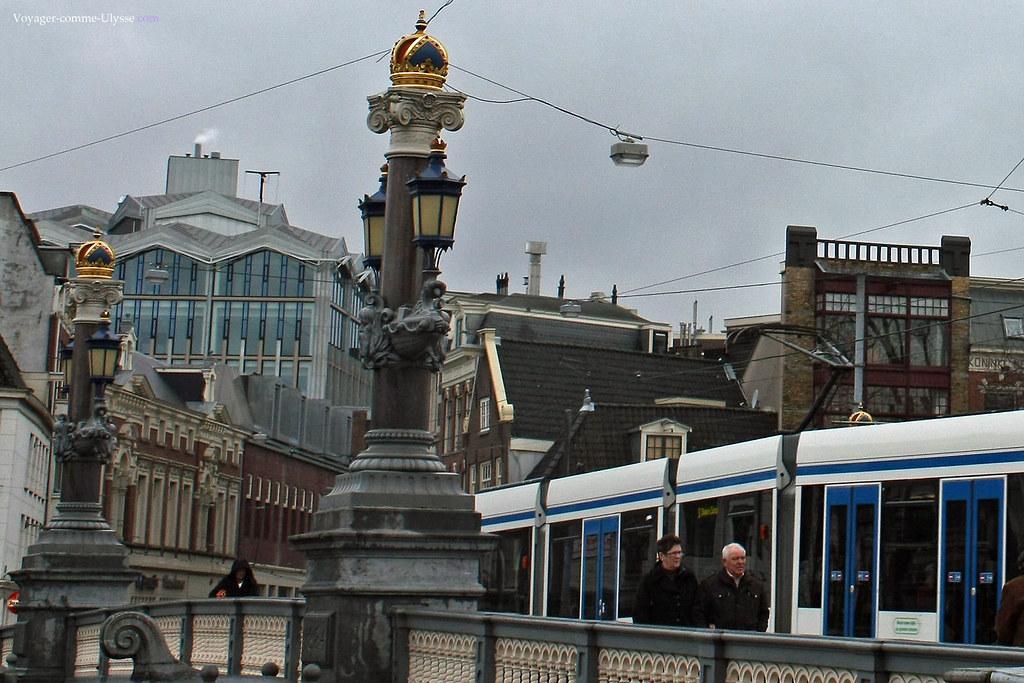 Nous sentons clairement l'inspiration du pont Alexandre III de Paris pour le Blauwbrug