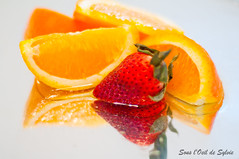 Orange et Fraise (Sous l'Oeil de Sylvie) Tags: orange fruits lensbaby strawberry reflet nourriture fraise composer aliment rflxion pentaxk7 sousloeildesylvie