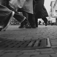 (Martin Gommel) Tags: street blackandwhite bw 6x6 contrast germany shoes sw schwarzweiss karlsruhe kontrast schuhe 1x1 boden quadrat quadratisch img9731