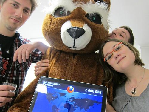 Membres de la communauté et le costume Firefox, pour 2 millions de chargements