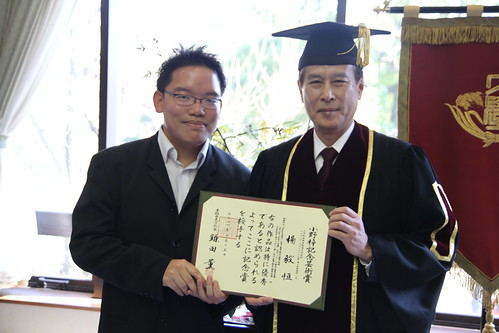 Receiving the award from Kaoru Kamata, president of Waseda University