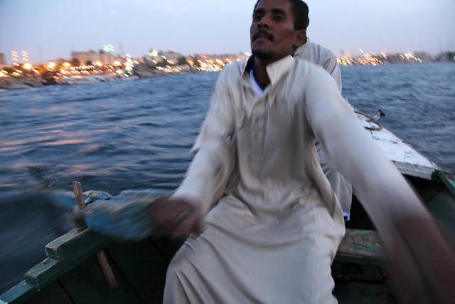 エジプト旅行 アスワン 手漕ぎボートでナイル川を渡る