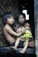 Ulingn kids, Tondo - Bebe, Tida and Vincent (Mio Cade) Tags: poverty boy house girl children kid child philippines poor vincent social charcoal manila bebe coal tida tondo uling ulingan