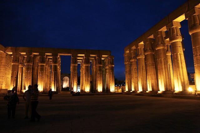 エジプト ルクソール神殿ライトアップ 柱廊