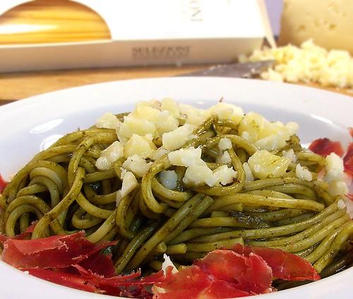 Spaghetti di kamut con formaggio di grotta e crema di cavolo nero