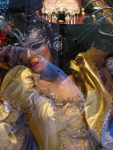 ヴェネツィアの仮面とドレスのフリー写真素材