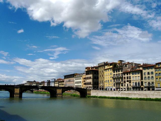 フィレンツェの大きな川のフリー写真素材