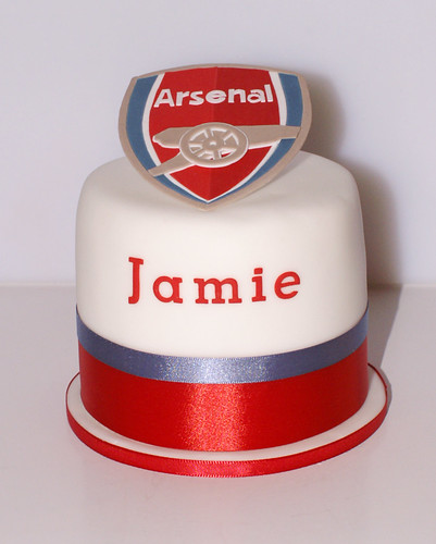 Arsenal cutting cake