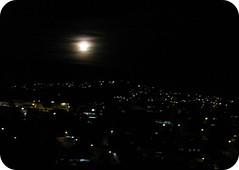 E a Lua nasce  ... (Joana Joaninha) Tags: amor lua noite quintal jantar cozinha hellennilce