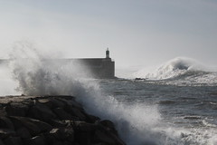 Marejada desde el paseo maritimo (Noem Iglesias Gmez VS Ramn Cars Alvarez) Tags: puerto marejada gigante ola dique guarda