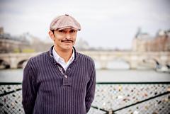 un artiste sur le pont des Arts (olivier-duval) Tags: paris 50mm flickr louvre bp palaisroyal lr lightroom balade pontdesarts 2011