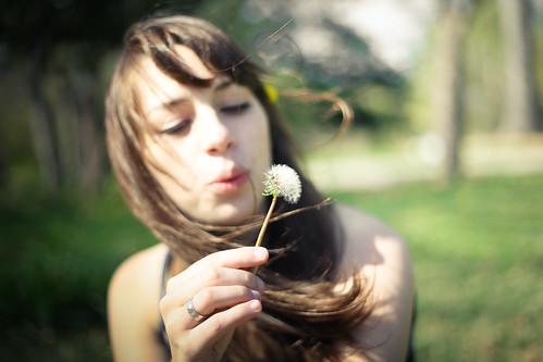 [フリー画像] 人物, 女性, 吹く, 201103271700