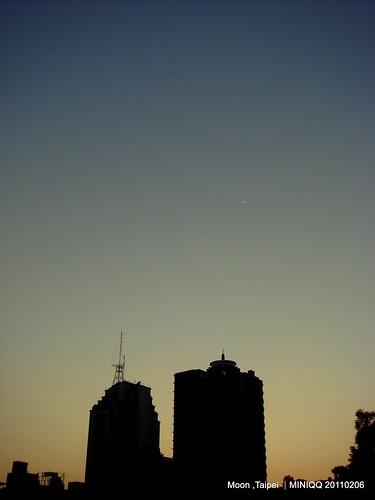 20110206 黃昏的天空上有....一抹小微笑