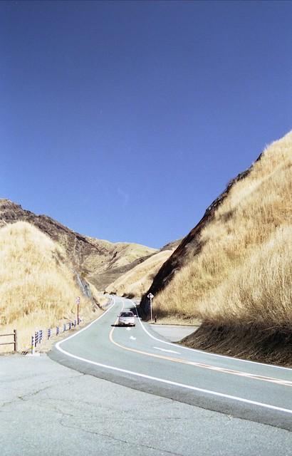 山間の道路のフリー写真素材