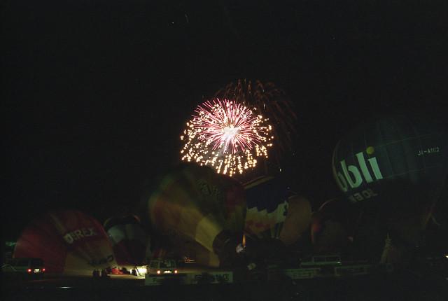 萎んだ気球と花火のフリー写真素材